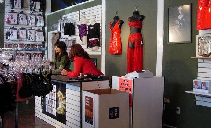 Персонал магазина женского белья