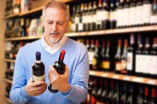 Выбирает вино