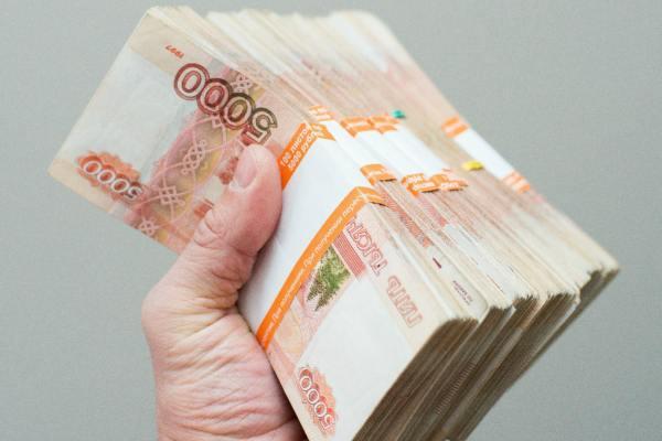 Пачки рублей в руках